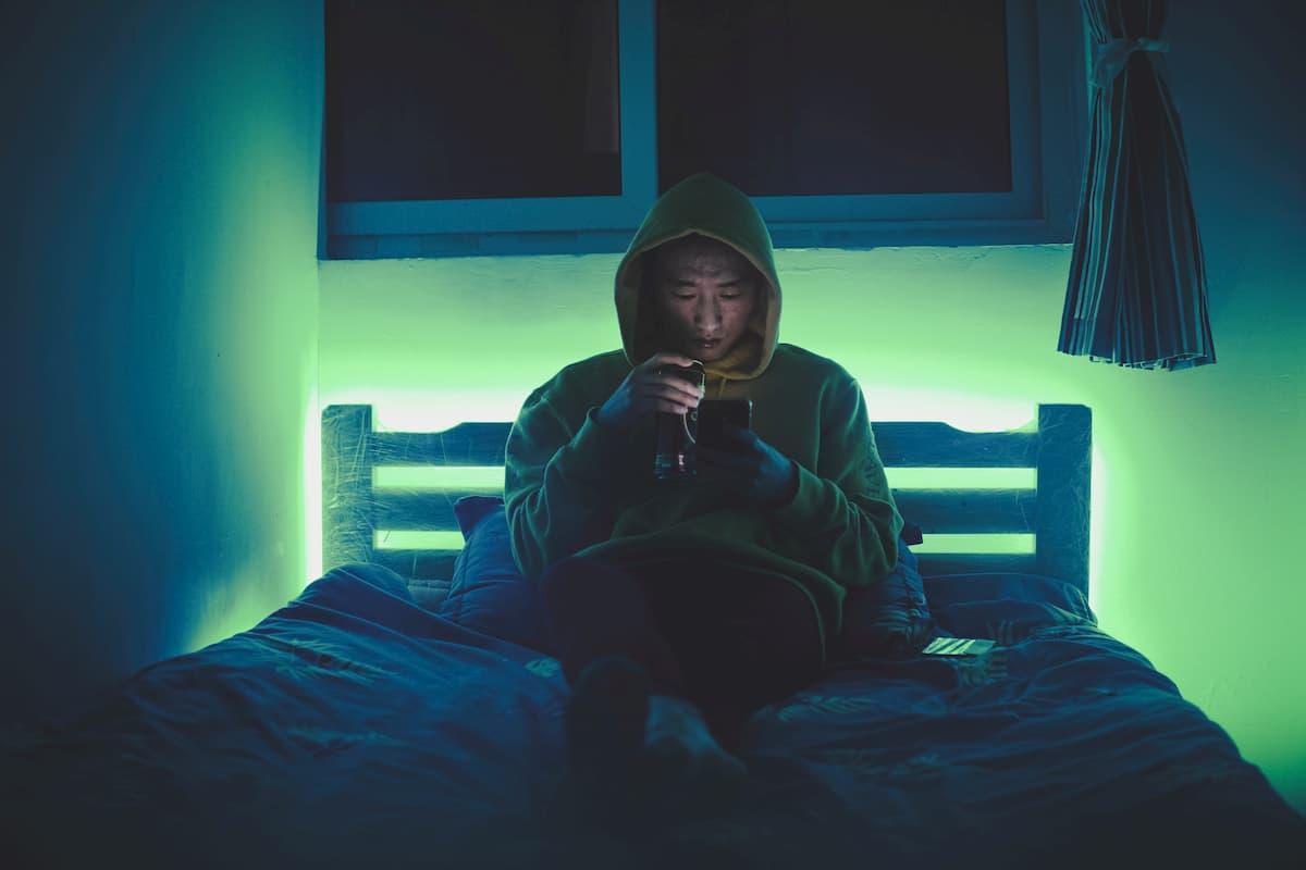③寝る前にテレビや携帯を見ない