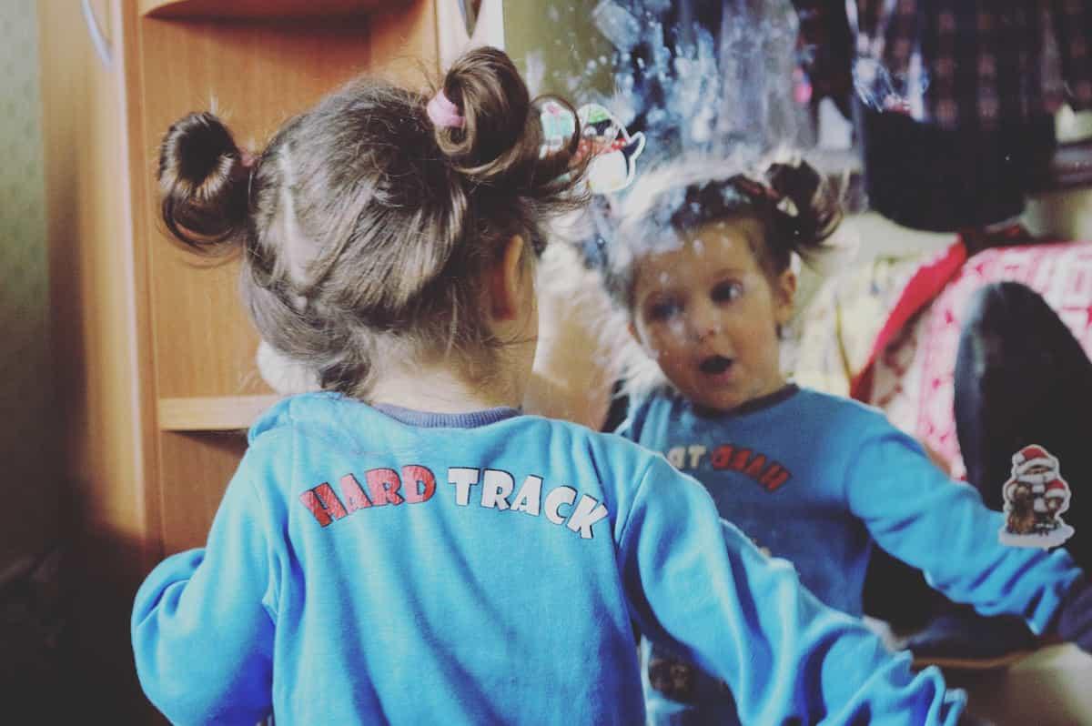 鏡を見て練習する