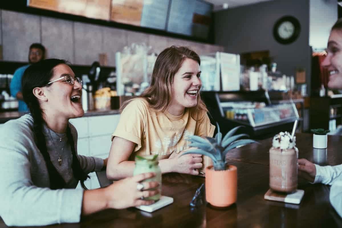 友人とカフェでおしゃべり