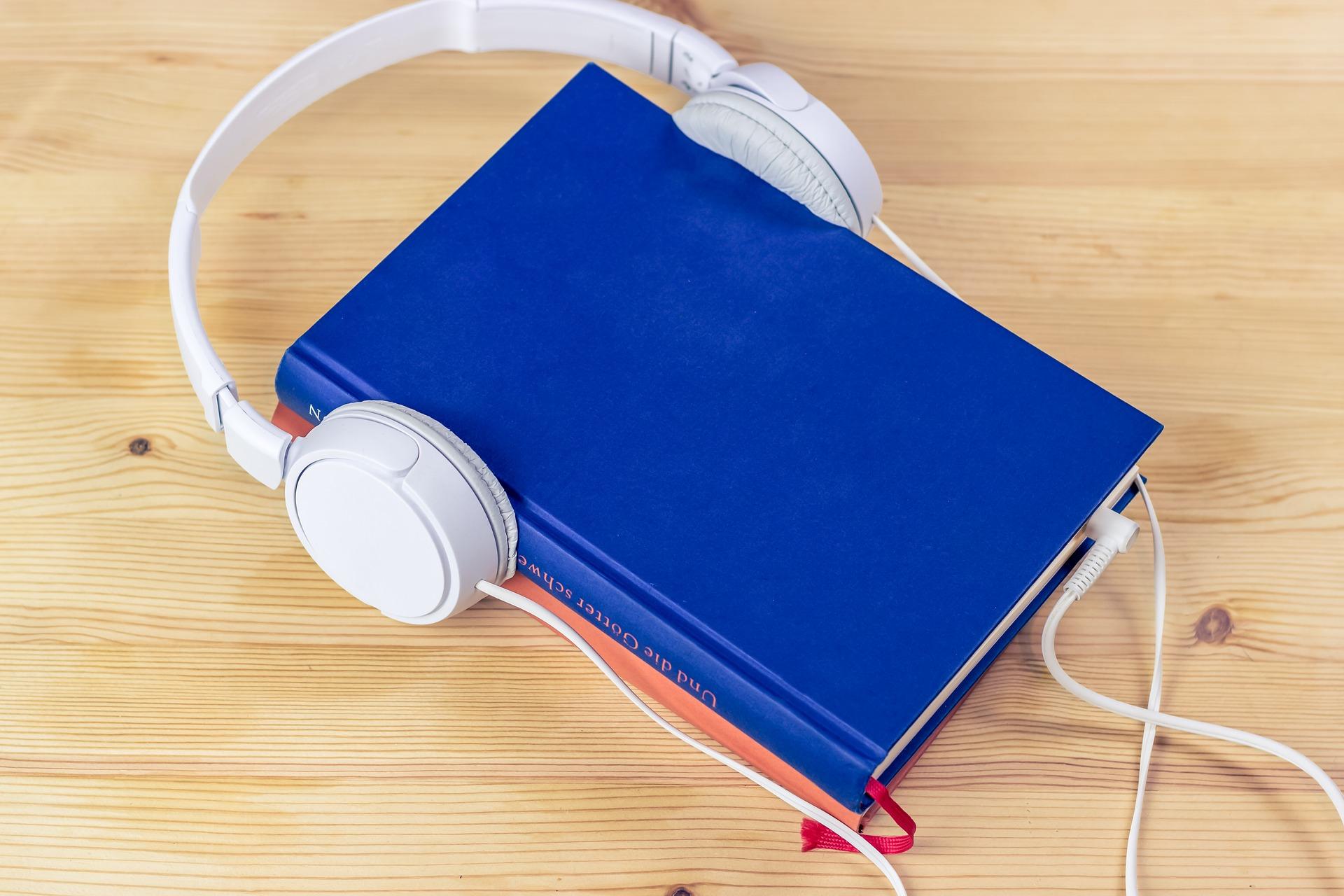 本を読む、オーディオブックを聴く